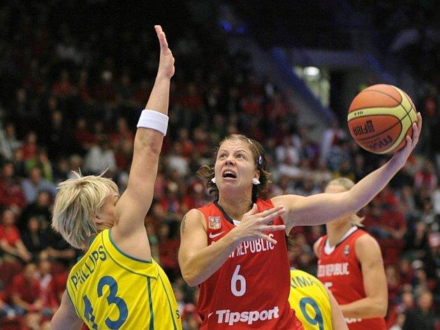 Čtvrtfinálové utkání Česká republika - Austrálie na mistrovství světa v basketbale žen 1. října v Karlových Varech. Zprava Veronika Bortelová z ČR a Erin Phillipsová z Austrálie.