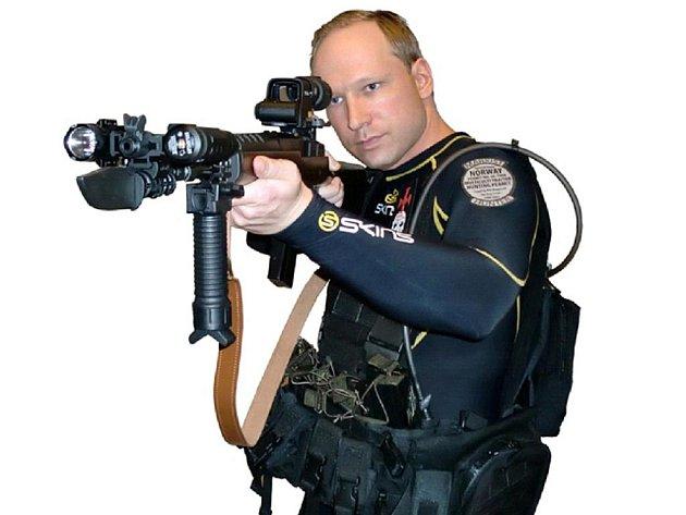 Anders Behring Breivik od roku 2006 sepsal a na internet umístil 1500stránkový manifest, v němž pod pseudonymem Andrew Berwick rozvádí své pravicově radikální názory.