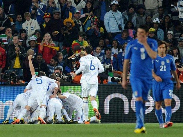 Slovenští fotbalisté jsou po výhře 3:2 nad obhájci titulu v osmifinále MS, kam je ze skupiny doprovodí Paraguay. Do vyřazovacích bojů zasáhnou i Japonci a Nizozemci