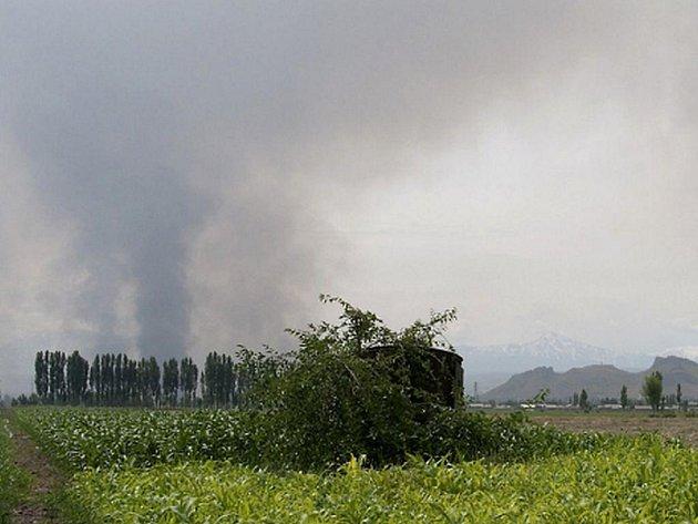 Kouř stoupá z vesnic etnických Uzbeků po střelbě kyrgyzských útočníků.