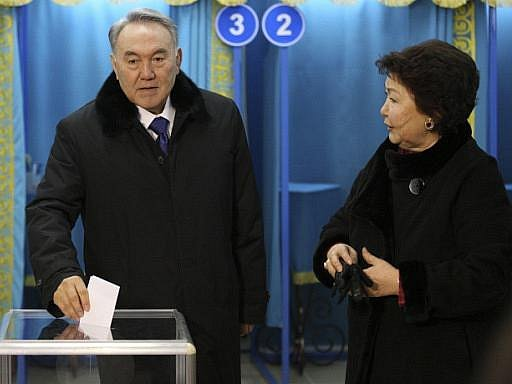Prezident Nazarbajev s manželkou Sarou u voleb