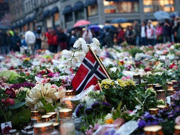 Počet obětí pátečního masakru v Norsku stoupá. V neděli 24. července 2011 dosáhl už 93 mrtvých a téměř sta raněných. Na místě činu zadržený Nor Anders Behring Breivik se o víkendu k atentátům přiznal.