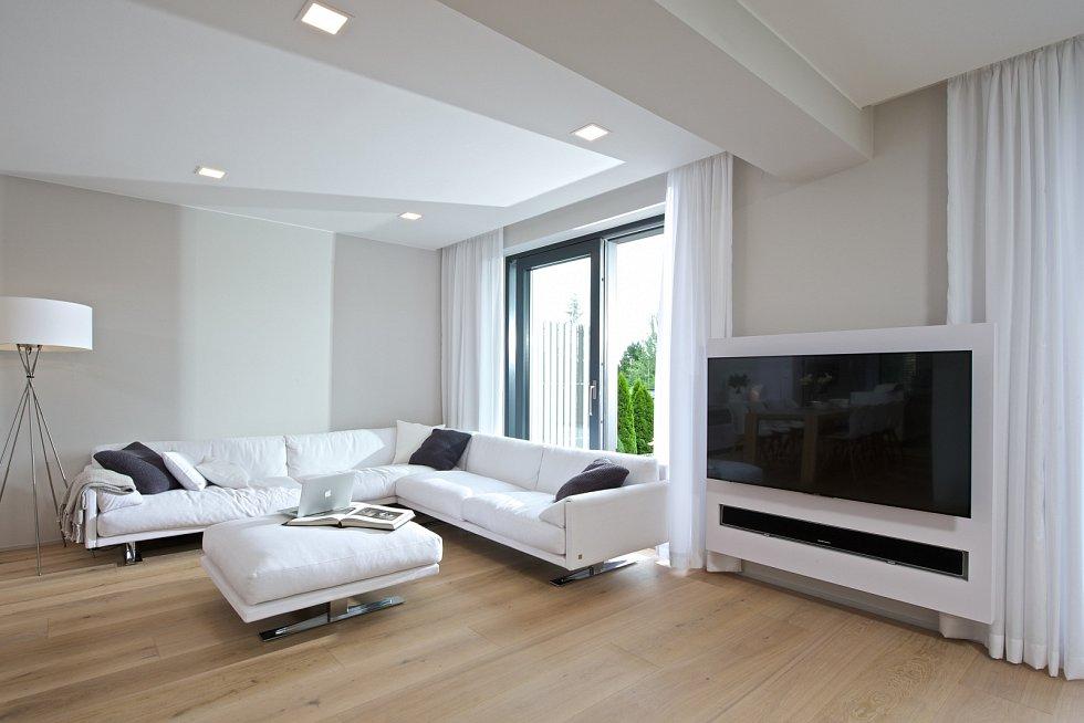 Televize, kterou majitelé sledují velmi zřídka, je nainstalována na otočném mechanismu, sedačka je umístěna tak, aby měla vazbu spíše na jídelnu a kuchyň.