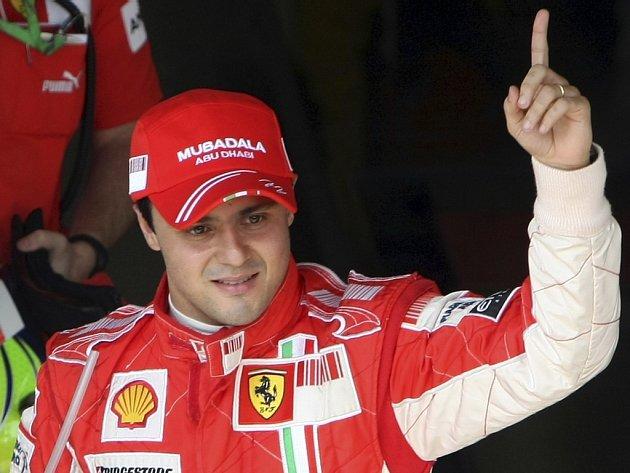 Felipe Massa z Ferrari se raduje z vítězství v kvalifikaci na Velkou cenu Brazílie.