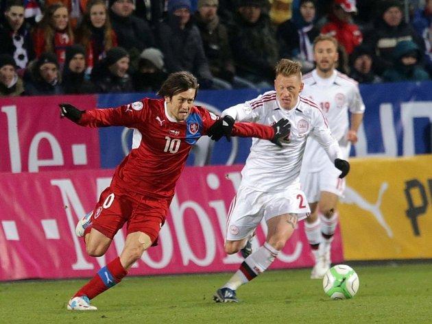 Střídající Tomáš Rosický (vlevo) se snaží prosadit proti Dánsku.