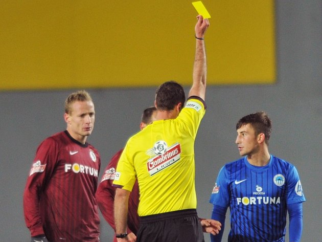 Lukáš Vácha z Liberce (vpravo) dostal v duelu se Spartou žlutou kartu.