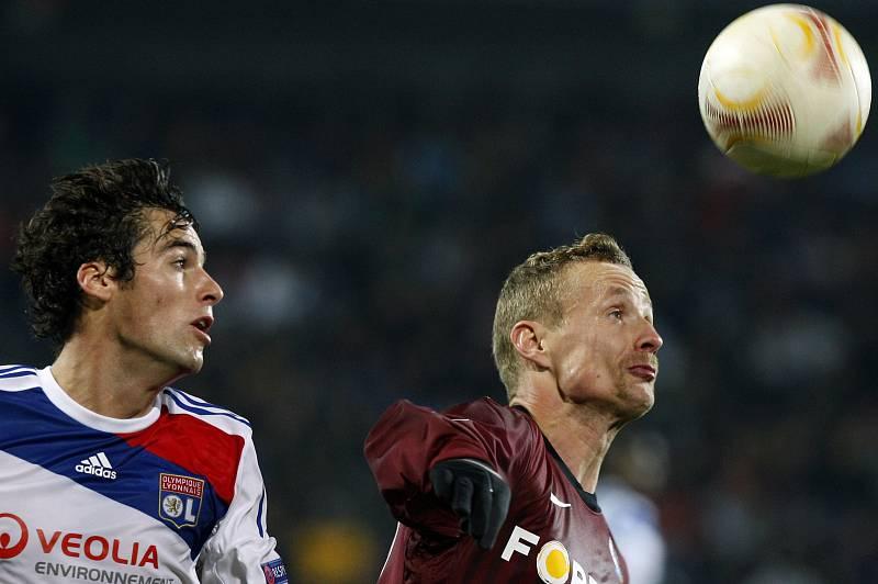 Jiří Jarošík ze Sparty (vpravo) proti Lyonu.