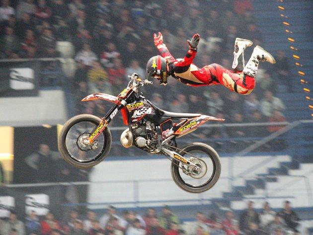 Ďábelskou šou předvedli ostravskému publiku jezdci freestyle motokrosu.