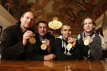 Zleva Jiří Novotný, Pavel Vlašic, Petr Gřegořek a Filip Novák se zlatými medailemi v českobudějovické radniční síni. Hokejové mistry světa 2010 přijal českobudějovický primátor Juraj Thoma.