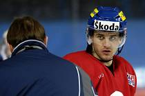 Jan Marek naslouchá pokynům trenéra Aloise Hadamczika.