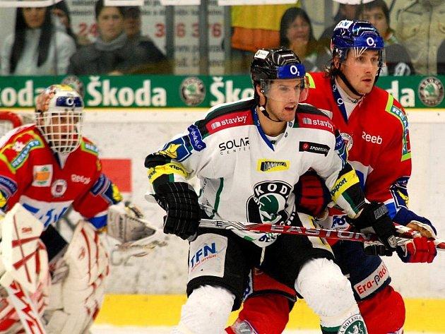 Hokejisté Pardubic s Dominikem Hašek v brance (vlevo) porazili Mladou Boleslav.