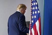 Americký prezident Donald Trump odchází od řečnického pultíku po projevu v Bílém domě na snímku z 5. listopadu 2020