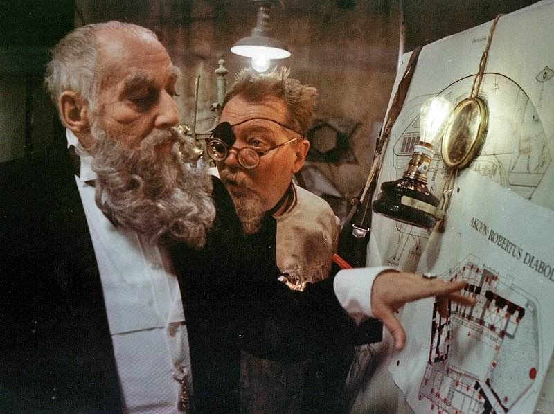 Rudolf Hrušínský a Miloš Kopecký ve filmu Tajemný hrad v Katpatech.