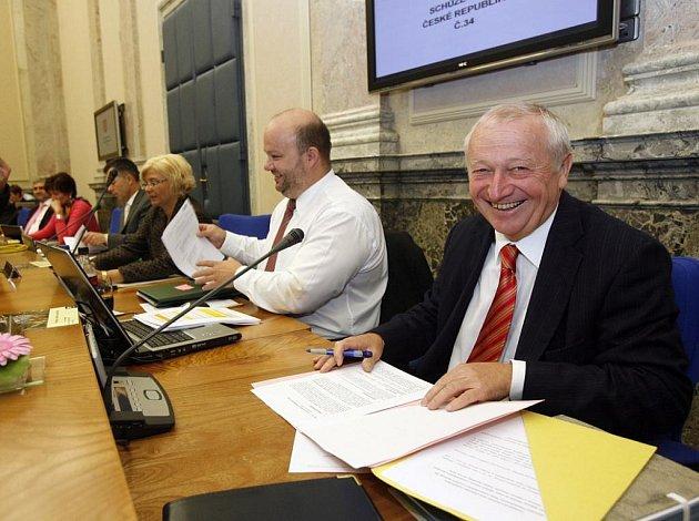 V devět hodin ráno začala 34. schůze úřednické vlády, na které ministři odsouhlasili úsporný balíček Eduarda Janoty.