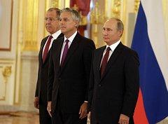 Americký ambasador v Rusku Jon Huntsman, ruský prezident Vladimír Putin a ruský ministr zahraničí Sergej Lavrov