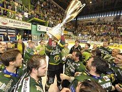 Hokejisté Karlových Varů slaví s vítězným pohárem titul v extralize.