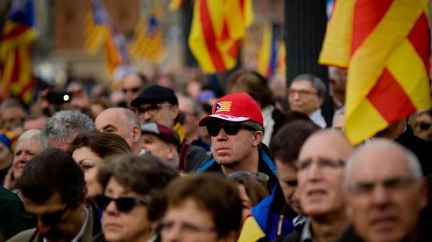 Tisíce katalánských separatistů v Barceloně protestovaly proti rozhodnutí španělské vlády stíhat místní politiky usilující o nezávislost Katalánska.
