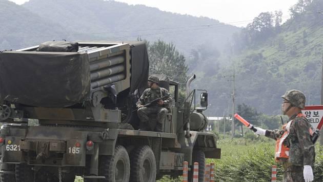Severokorejská armáda ve čtvrtek vypálila raketu na tlampač, ze kterého Soul vysílá přes hranici propagandu proti KLDR. Jižní Korea odpověděla dělostřeleckou palbou.