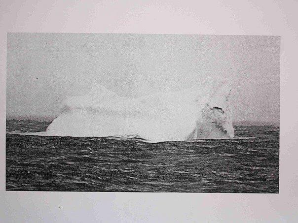 Kopie fotografie kry, do které měl Titanik narazit a poté se potopit. Snímek pořídil v roce 1912, pár dní poté, co se lodní tragedie, stala Štěpán Řehořek, který se plavil na lodi Bremen.
