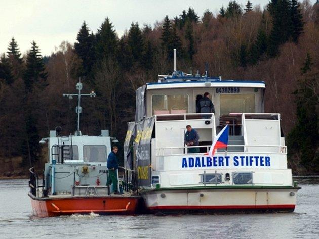 Loď Adalbert Stifter, která je 32 metrů dlouhá a téměř sedm metrů vysoká, převážel speciální přepravník.
