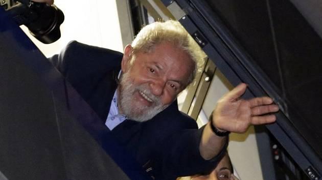 Luiz Inácio Lula da Silva zdraví příznivce z okna centrály v Sao Paulu