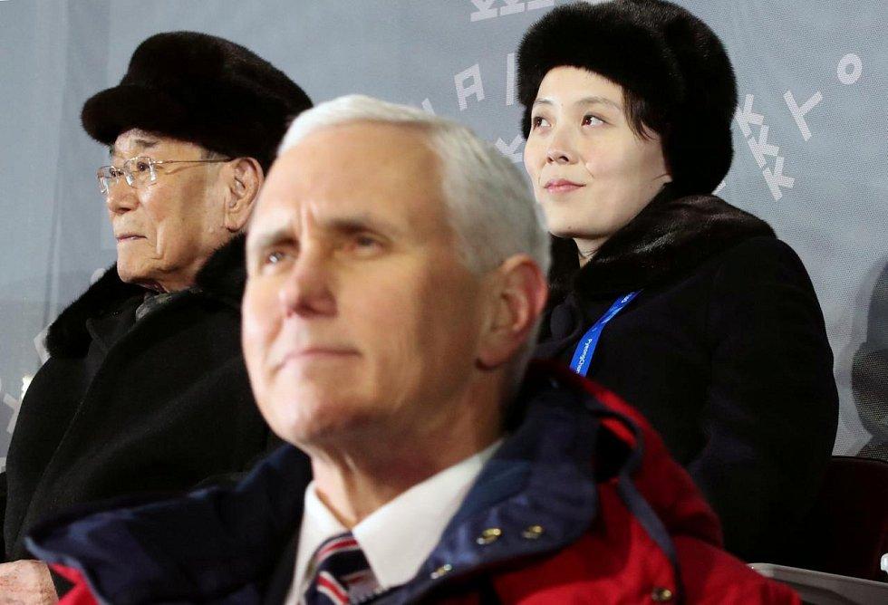 Americký viceprezident Mike Pence na olympiádě v Pchjongčchangu v Jižní Koreji na zahajovacím ceremoniálu. Za ním stojí Kim Jo-Čong.