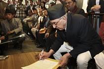 Nepálský premiér Giridža Prasád Koirala podepisuje dohodu, kterou vláda přislíbila jižním provinciím po dubnových volbách rozsáhlou autonomii.