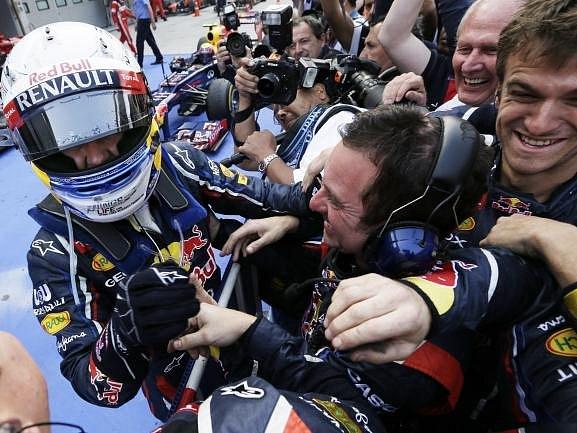 Sebastian Vettel se s technickým týmem Red Bullu.