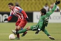 Kislijak z Kazaně se snaží skluzem zastavit Rodrigueze z Atlético Madrid.
