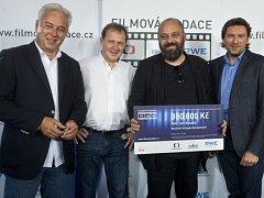 Filmový a televizní scenárista Petr Jarchovský (druhý zprava) převzal 300.000 korun za scénář Dezertér, který je součástí zamýšlené filmové trilogie Zahradnictví.