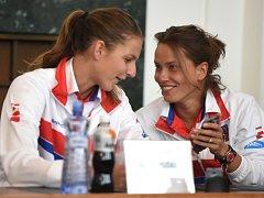 Karolína Plíšková (vlevo) a Barbora Strýcová během losu prvního kola Fed Cupu proti Španělsku.