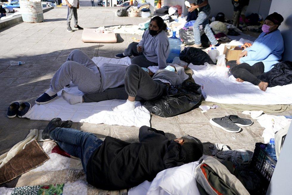 Často spí na zemi na matracích, namačkaní v provizorních táborech na vysušeném Jihu