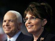 Barack Obama a John McCain při debatě na Hofstrově univerzitě.