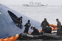 V Jižní Koreji našli v potopeném trajektu Sewol tělo jedné z pohřešovaných obětí. Ilustrační foto.