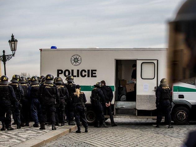 Policisté na Hradčanském náměstí v Praze.
