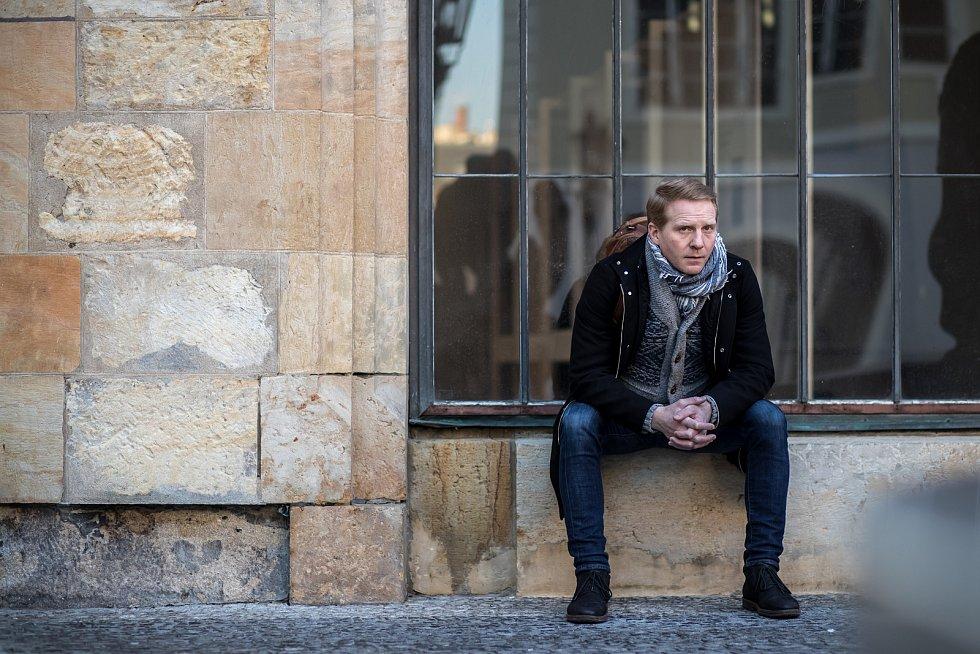 Herec Pavel Batěk při fotografování pro Deník