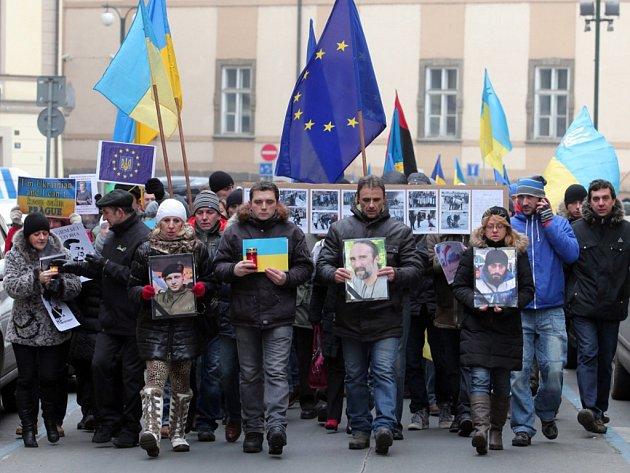 Smuteční průvod na připomenutí obětí protivládních demonstrací na Ukrajině od kostela sv. Klimenta na Staroměstské náměstí 26.ledna.