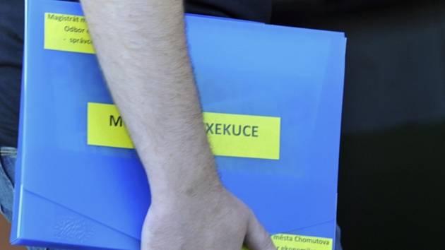 Příkaz k exekuci, exekuce, exekutor, desky, složka - ilustrační foto