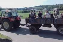 Po sezoně. V Jaroslavicích jsme slavil titul z Okresního přeboru formou projížďky po obci. Nikoliv však autobusem s uříznutou střechou, ale po našem :)