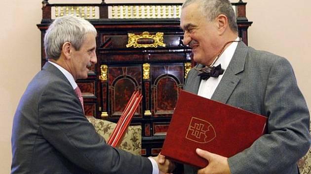Ministři zahraničí, Karel Schwarzenberg a jeho slovenský kolega Mikuláš Dzurinda, v pátek 4. listopadu 2011 podepsali dohody o vzájemném zastupování prostřednictvím diplomatických misí.