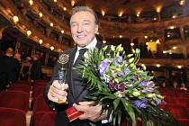Výsledky hudební ankety Český slavík se vyhlašovaly 26. listopadu v Praze. Sedmatřicátého slavíka v kategorii zpěváků získal Karel Gott