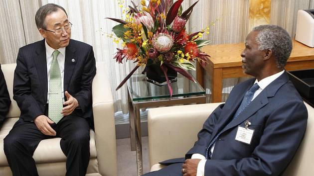 Prezident Jihoafrické republiky Thabo Mbeki (vpravo) s generálním tajemníkem OSN Panem Ki-munem na summitu v New Yorku.