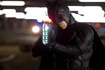 BATMAN. Temný rytíř alias Bruce Wayne při tanci s konkurentkou z podsvětí, zlodějkou Selinou (Christian Bale a Anne Hathawayová).