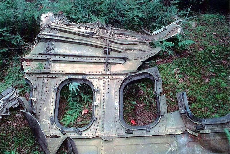 Trosky letu 93 United Airlines. Tento stroj byl jedním ze čtyř unesených 11. září 2001. Cestující se vzepřeli únoscům, letadlo se zřítilo na pole v Pensylvánii.