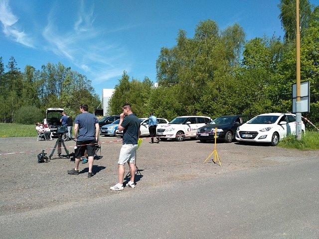 Čekání na Jiřího Kajínka na parkovišti před Věznici Rýnovice;