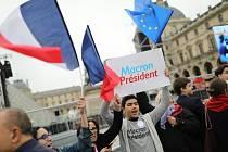 Oslavy prezidenta Macrona před Louvrem