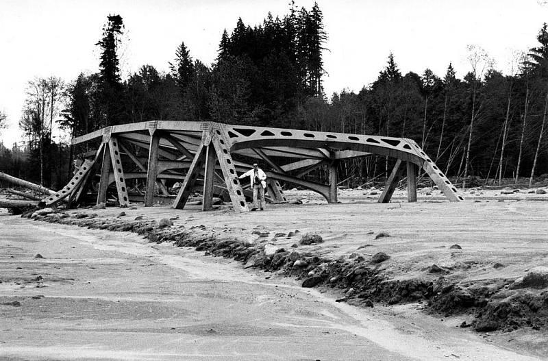 Zničený ocelový most na státní silnici 504, který po erupci zdevastovala bahenní povodeň