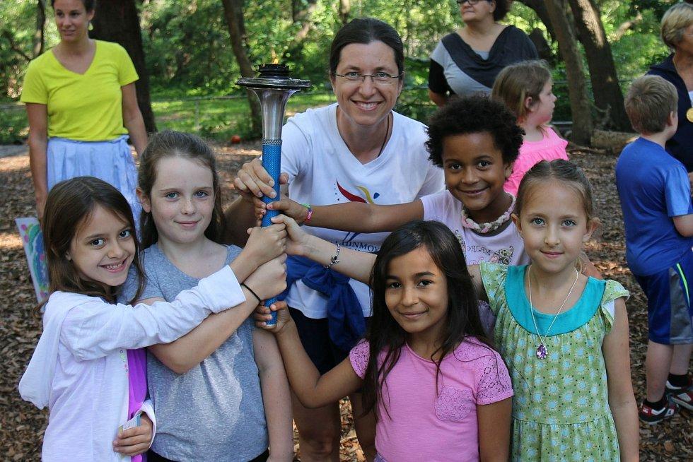 Abhejali Bernardová s dětmi na mírovém běhu v Americe.
