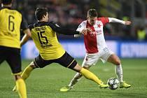 Slavia Praha - Borussia Dortmund, utkání 2. kola základní skupiny F fotbalové Ligy mistrů, 2. října 2019 v Praze. Zleva Mats Hummels z Dortmundu a Lukáš Masopust ze Slavie.