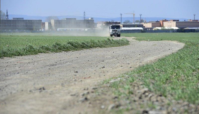 Vyprahlá polní cesta u Bystrovan u Olomouce na snímku z 22. dubna 2020.
